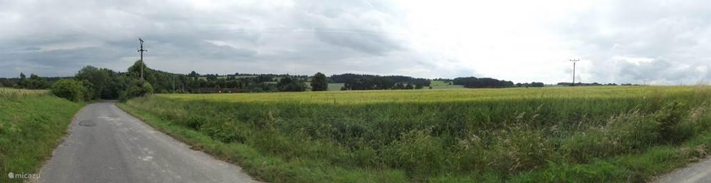 De velden waartussen ons hoeve zich bevind zijn zeer uitgestrekt. Hier is het schitterend wandelen, fietsen of met de auto of motor een tocht maken.