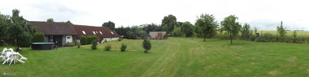 Onze achtertuin die tevens camping en boomgaard is.
