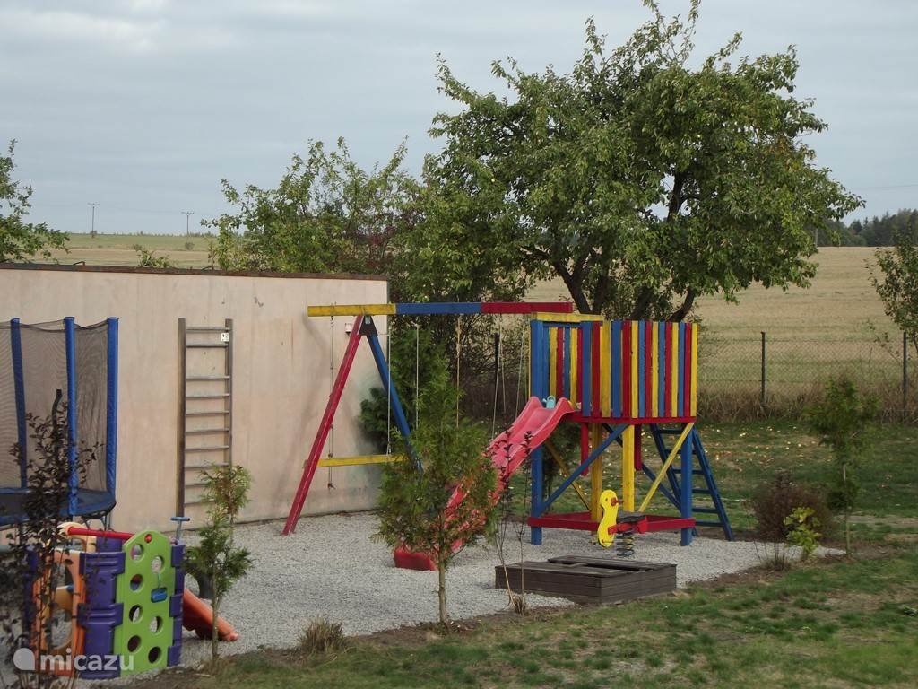De kinderen kunnen zich lekker uitleven op de trampoline of in het zwembad van de camping.