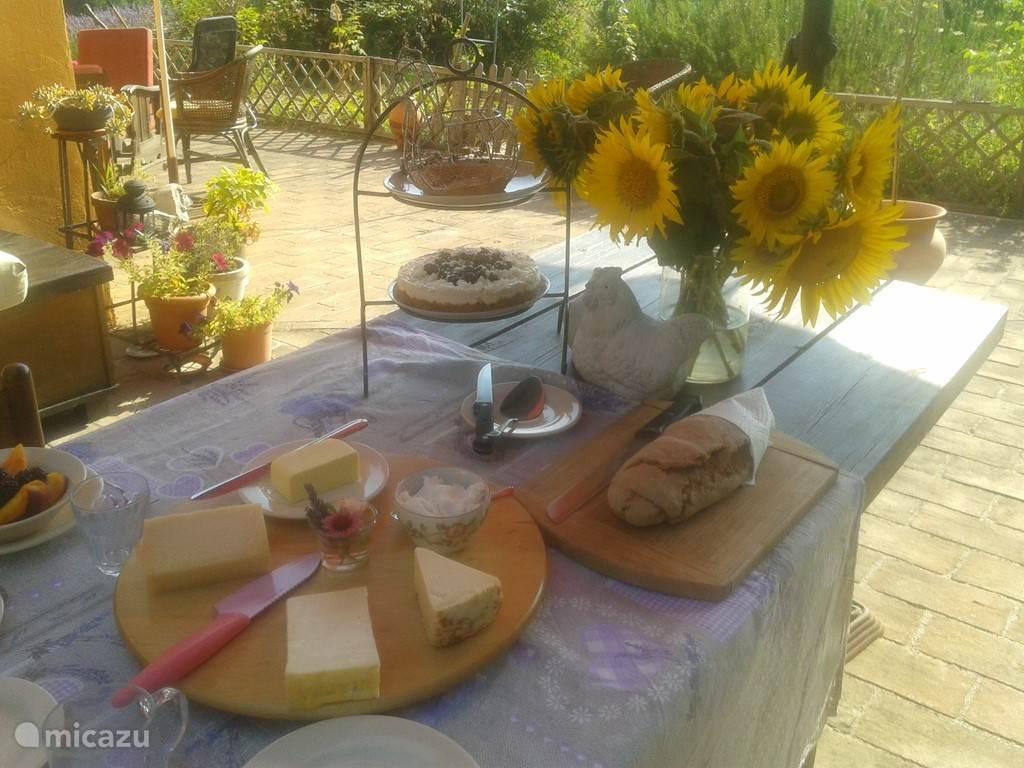ontbijt: vers fruit, lokale kazen, vers gebakken brood, zelf gemaakte yoghurt etc etc