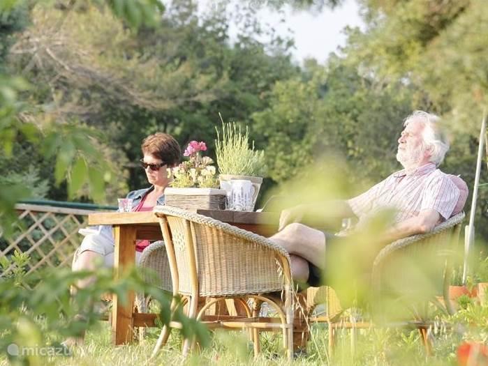 Genieten op een terras in de tuin