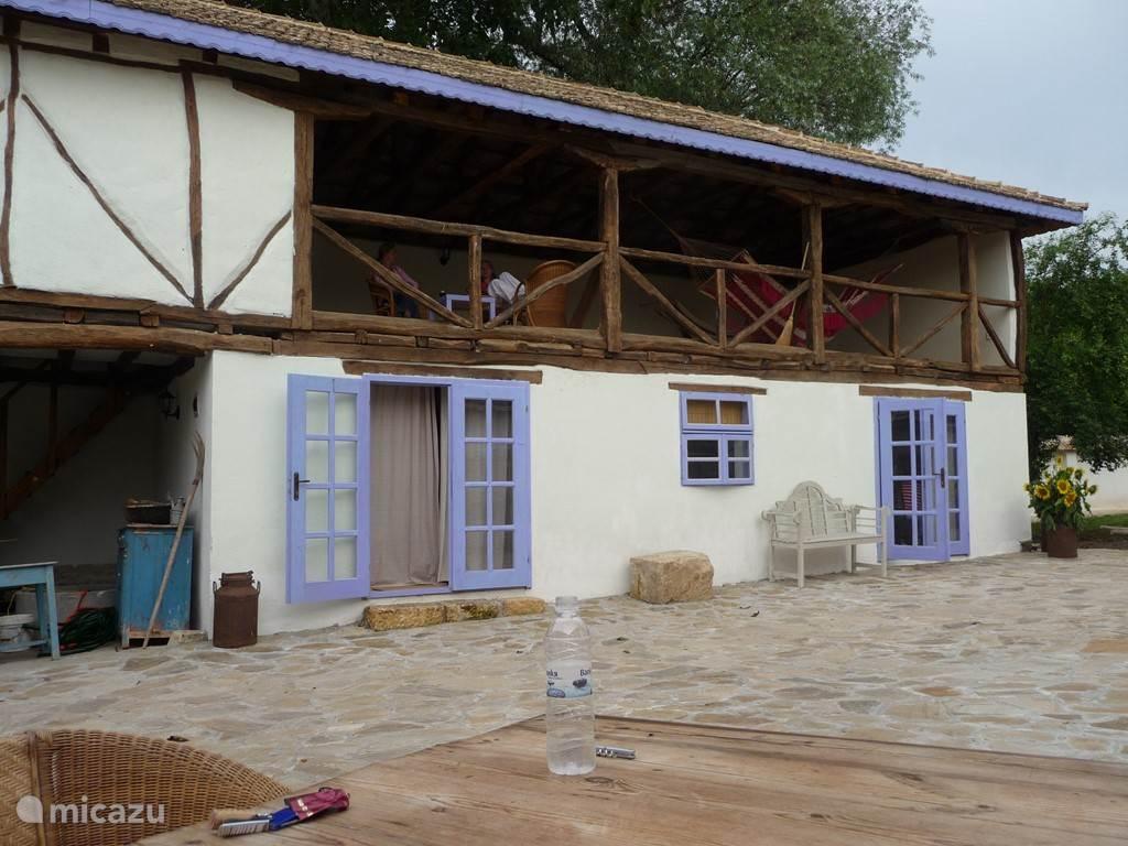 Bijgebouw met slaapkamers en giga balkon met hangmatten