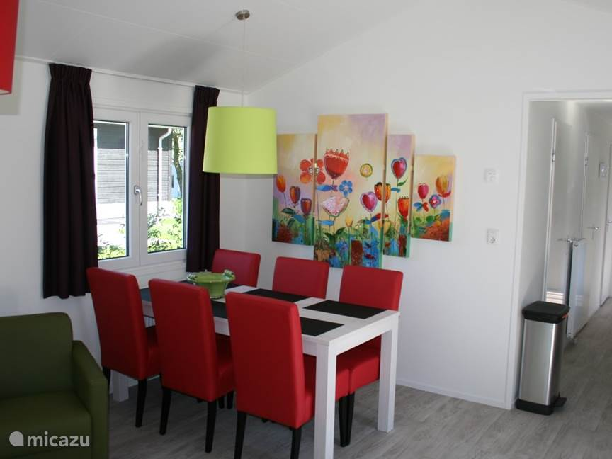 Bonte, felle kleuren van meubels en wanddecoraties overheersen in de woning en versterken uw zonnige vakantiebeleving.