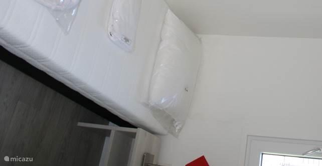 Slaapkamer 2 met aan beide zijden eenpersoonsbed.