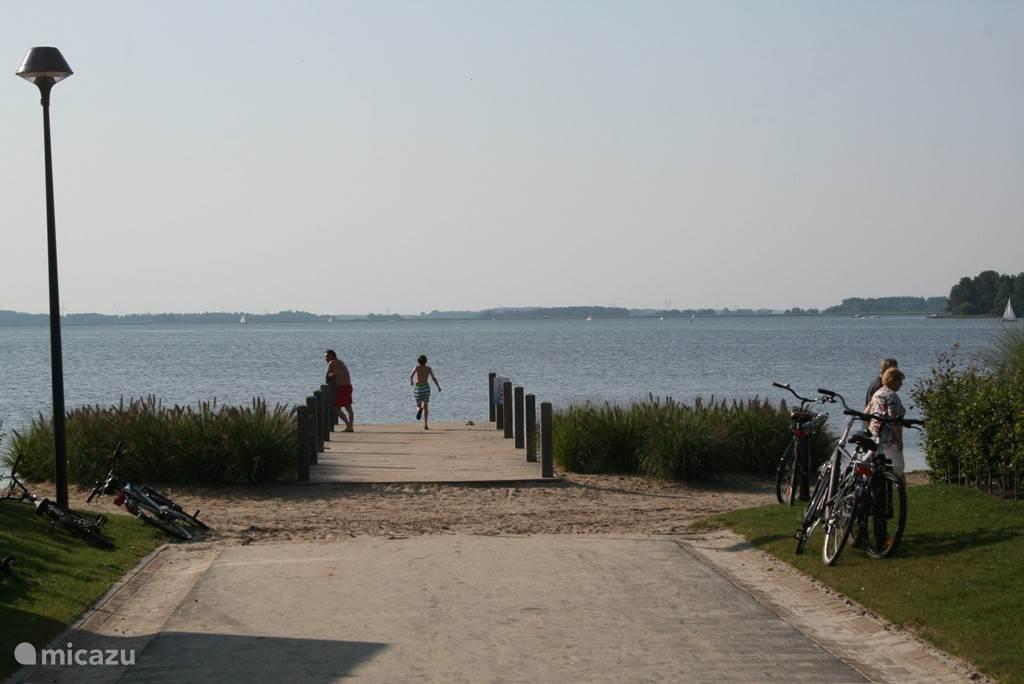 Prachtig uitzicht over Veluwemeer op enkele passen vanaf uw woning.