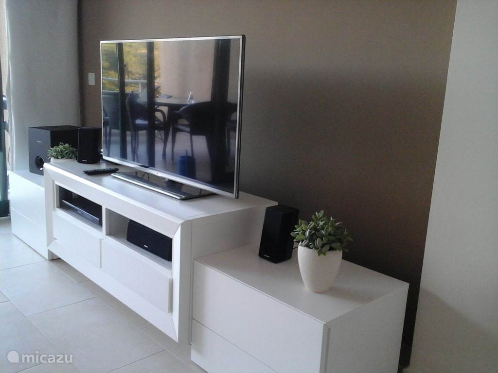 Designwandmeubel met Smart Flat screen TV en Surround sound Home Entertainment systeem