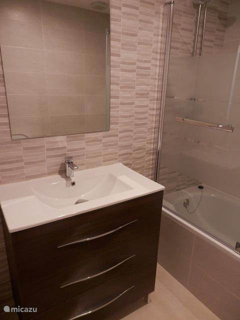 Badkamer 1 met ligbad