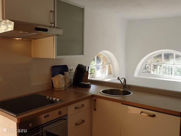 Keuken met koelkast, oven en vaatwasser