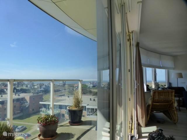 Ook het balkon op het zuiden biedt uitzicht op zee.