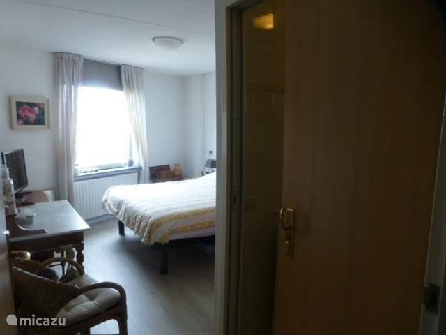 Slaapkamer met badkamer.