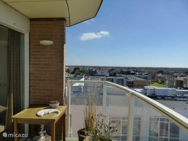 Balkon met uitzicht over het binnenland, Noordwijk en de kust.