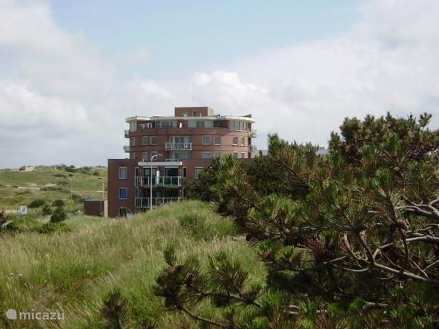 Het appartement bevindt zich rechtsboven en beslaat 180 graden van oost naar west.