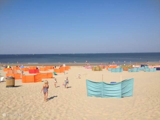 Het strand omstreeks 11.00 uur op een zonnige dag.