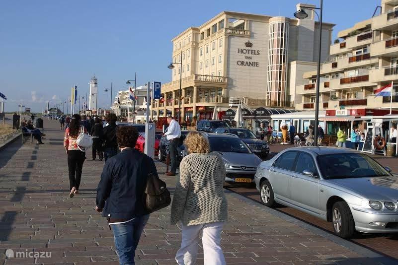 De Koningin Astridboulevard met in de buurt de gezellige winkelstraat de 'Hoofdstraat', het theater, restaurants, zwembad en musea.
