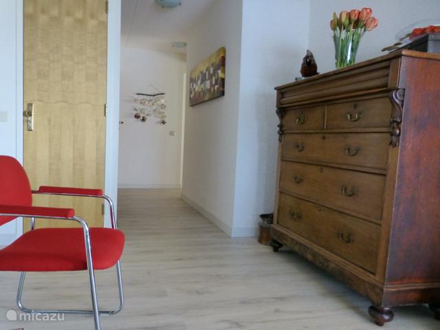 De hal en de gang bieden toegang tot de woonkamer, berging, wc, douche, slaapkamer met badkamer en achterslaapkamer.
