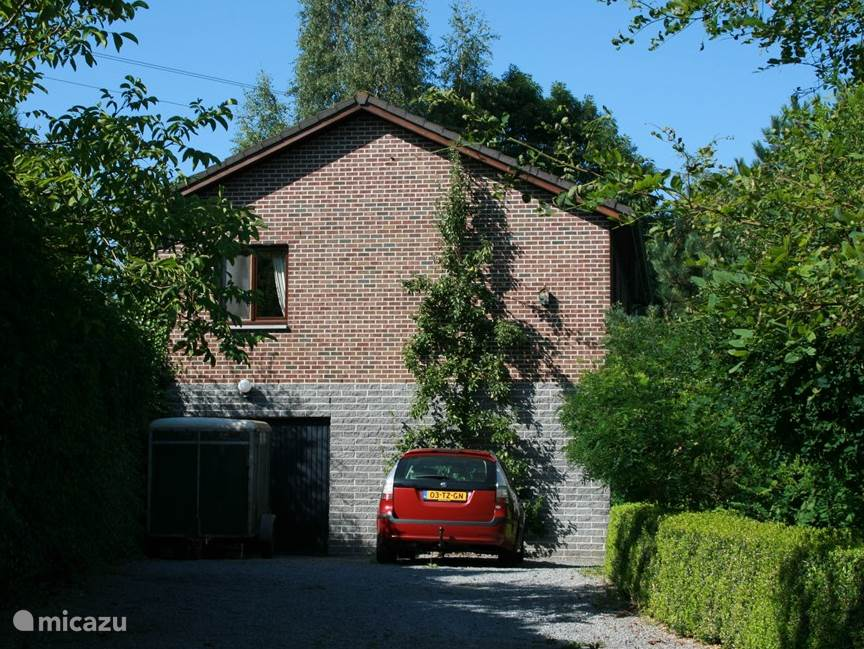 Via gate that can be locked, a driveway with ample parking and to the garage.