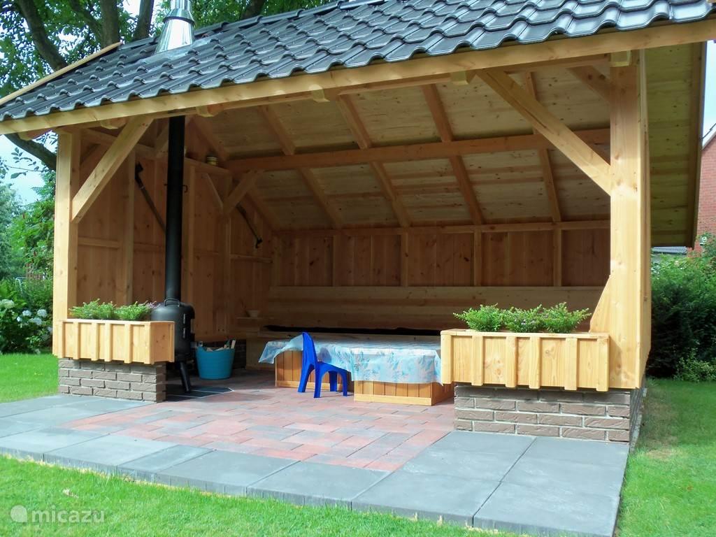 de binnenzijde met houtkachel en banken
