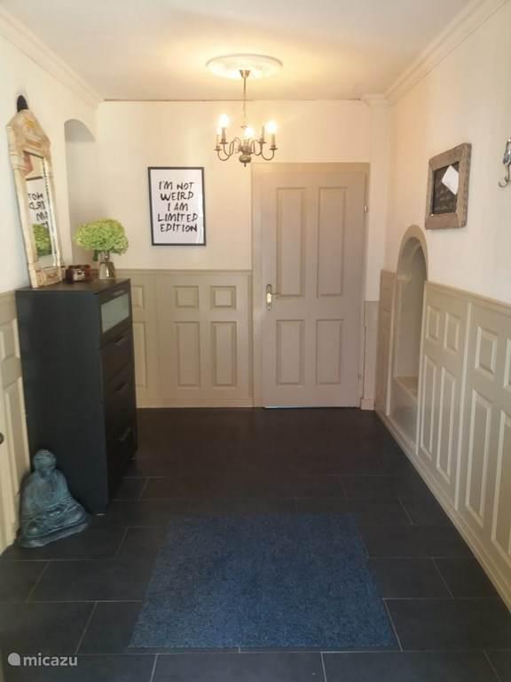 Hal met toegang naar de 2 slaapkamers en ruimte met wasmachine, gebruik is inclusief