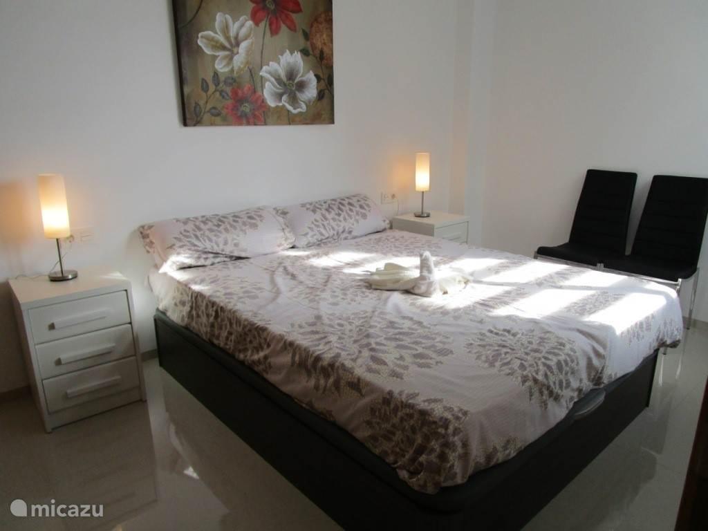 Kom tot rust in één van de twee koele slaapkamers met comfortabel bed.