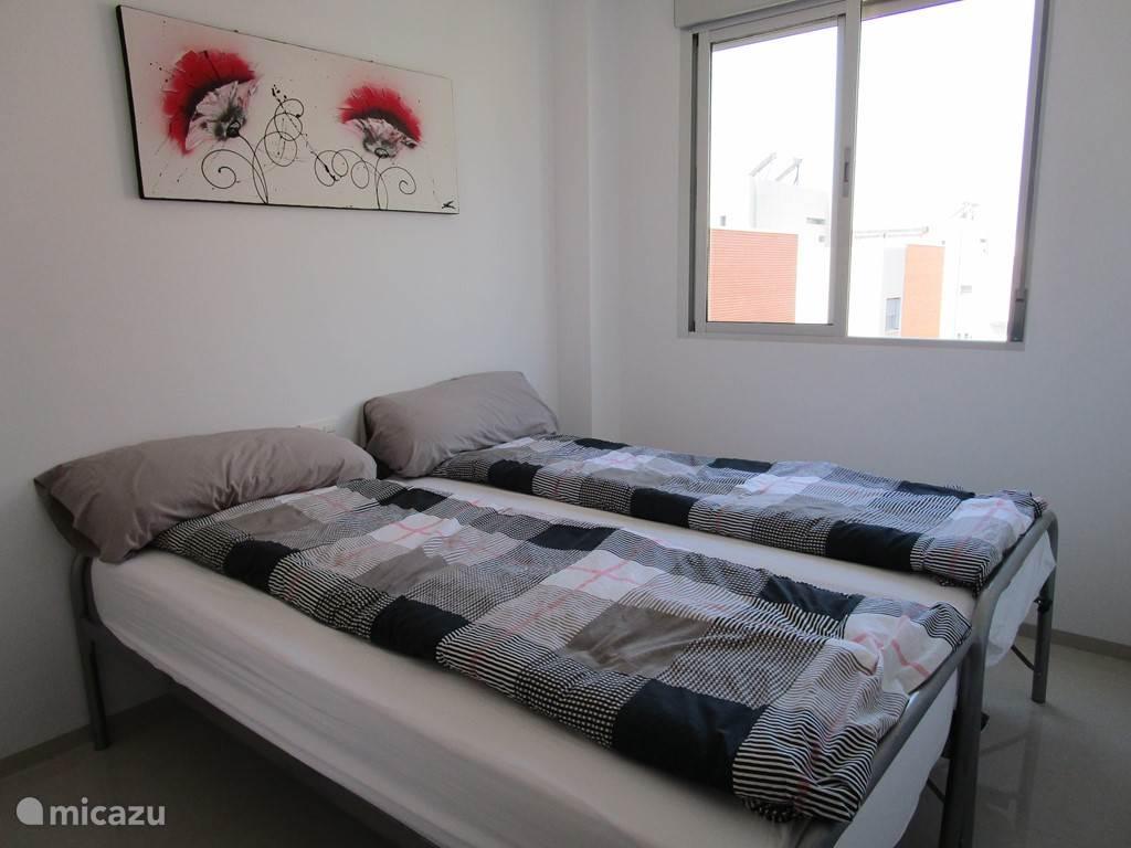 De tweede slaapkamer met 2 comfortabele éénpersoons bedden die eventueel te verplaatsen zijn.