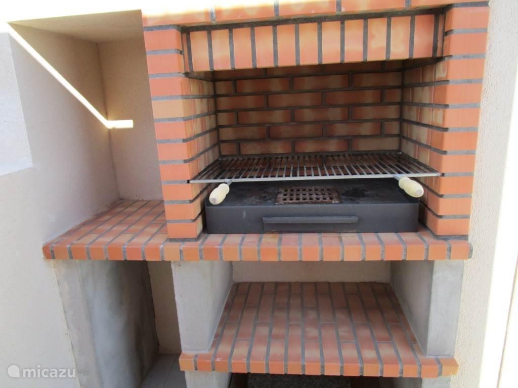 Maak uw heerlijke maaltijd klaar op deze buitenbarbecue op het privé dakterras.