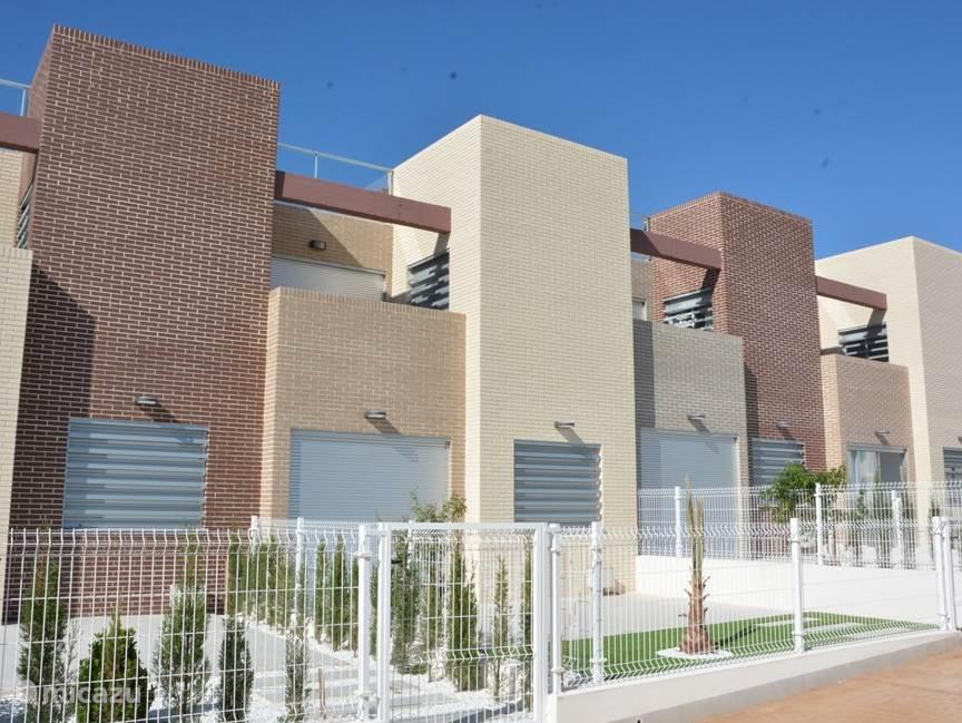 Uw vakantielocatie is gelegen op de bovenetage van dit complex en is voorzien van onder andere balkon en een groot privé dakterras.