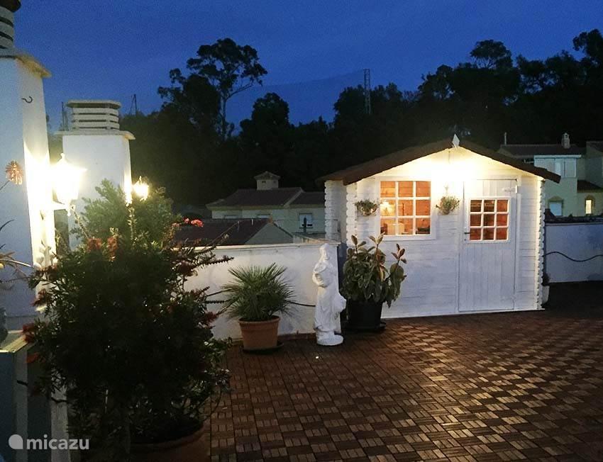 S'avonds is het ook gezellig met de sfeerverlichting op ons dakterras