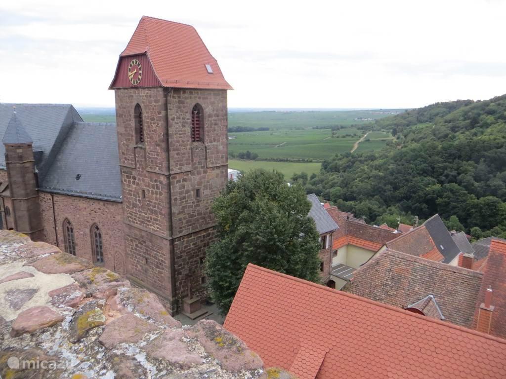 Neuleiningen Een middeleeuws dorpje met mooie ruine Hier komen vele wandelroutes langs