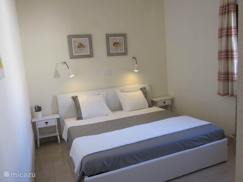 Slaapkamer met twee persoonsbed en inbouwkast