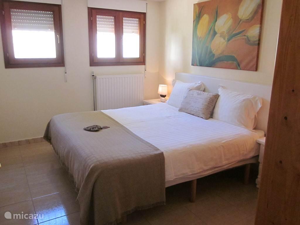 Slaapkamer met ensuite badkamer, airco en tv met Nederlandse zenders