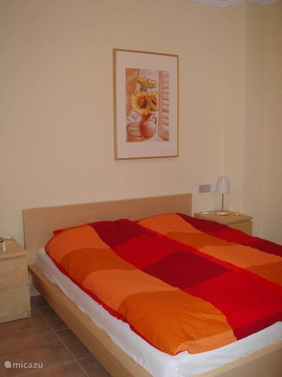 Slaapkamer 1 / De master bedroom