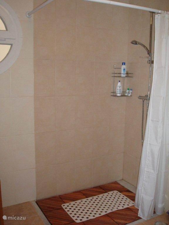 De inloopdouche in de badkamer