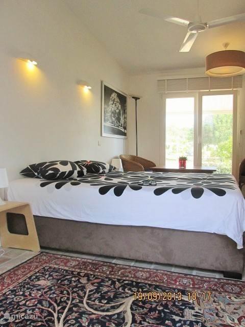 De slaapkamer hebben ieder een eigen douche, televisie en airconditioning.
