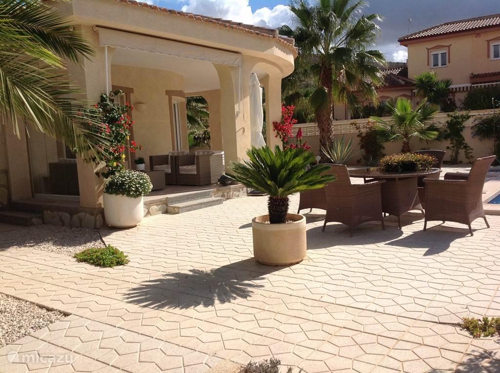 Of u nu overdekt of in de zon wilt zitten, in de tuin rondom het huis vind u altijd een plekje dat geschikt voor u is.