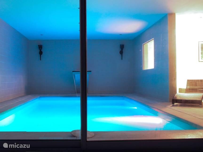 Zwembad met kleurverlichting