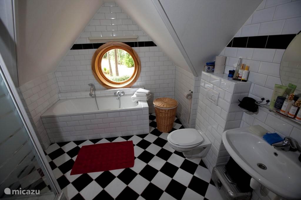 De badkamer met een heerlijk ligbad.