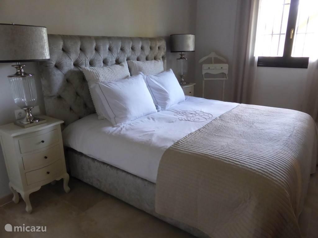 Romantische slaapkamer 2 met boxspringbed en topdeck 180x200 cm