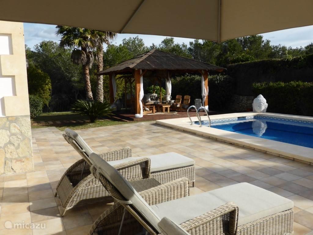 Zicht patio, zwembad vanaf uw ligbed