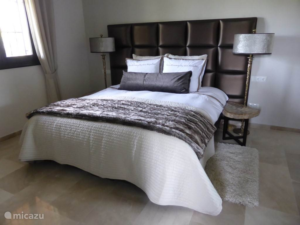 Master slaapkamer met boxspring en topdeck 180x210 cm
