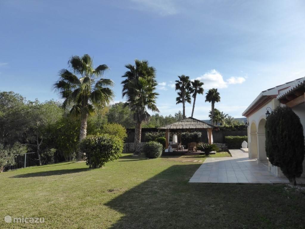 Zicht patio vanuit de tuin