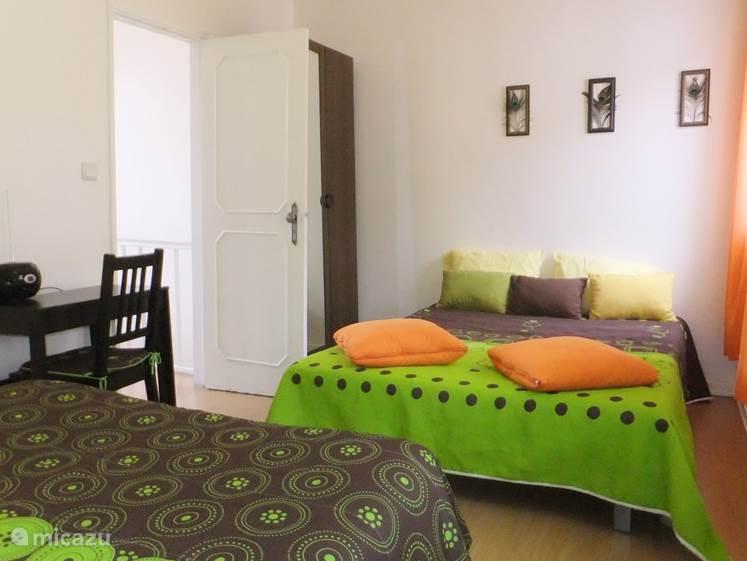 4 personen kunnen in deze slaapkamer slapen.