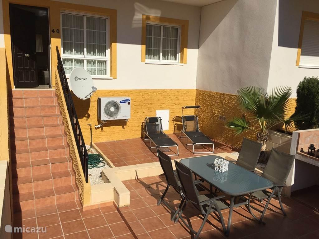 Ons heerlijk zonnige terras, waar je het hele jaar door van de zon kunt genieten.