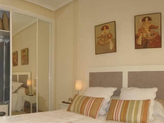 De master bedroom, met grote inbouwkast.