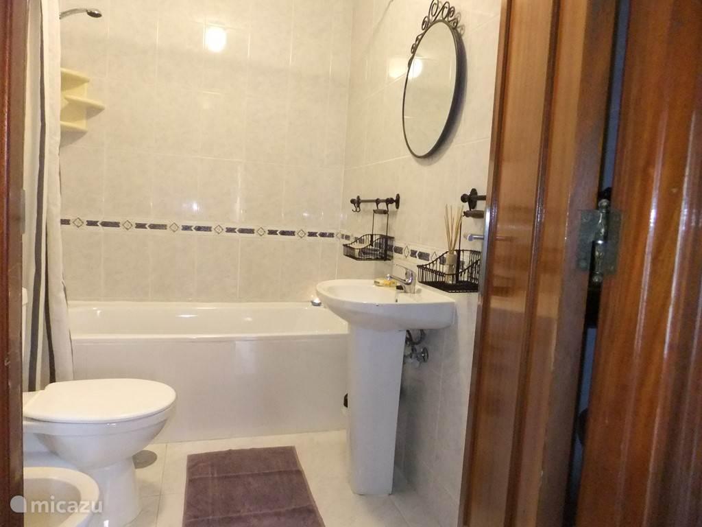 tweede badkamer met bad ideal voor kinderen.