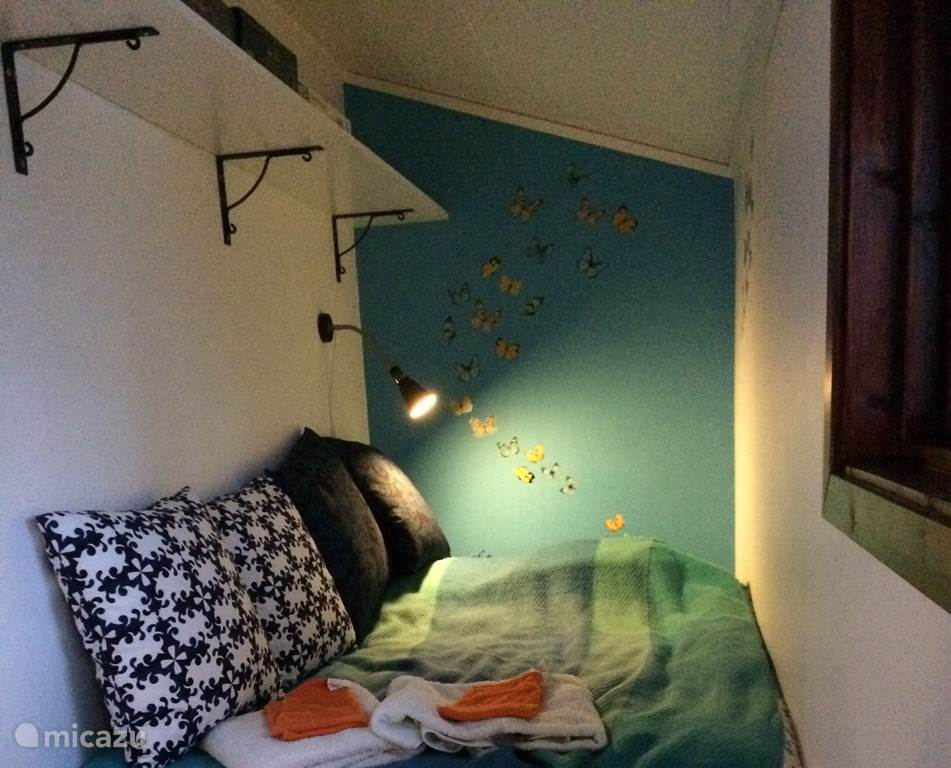 Kleine slaapkamer met onderschuifbed ( voor een 4e persoon in het huis zelf)