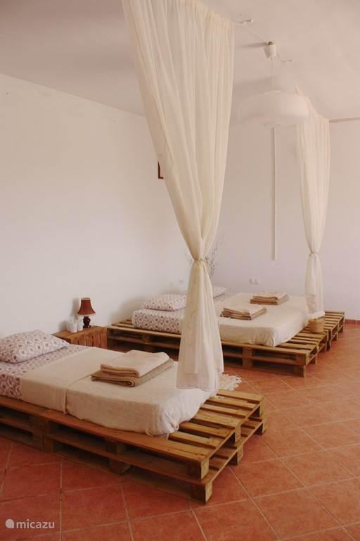 1 dubbel bed en 1 enkel bed