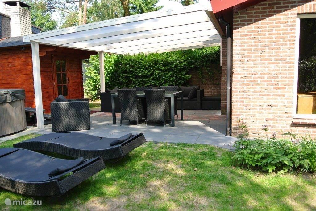 Tuin met veranda en loungeset