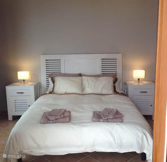 2 persoon slaapkamer met openslaande deuren naar terras