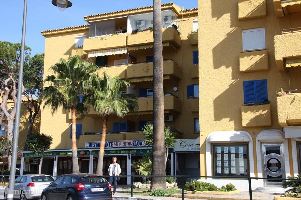 onder in het appartementsgebouw zijn diverse restaurantjes gevestigd