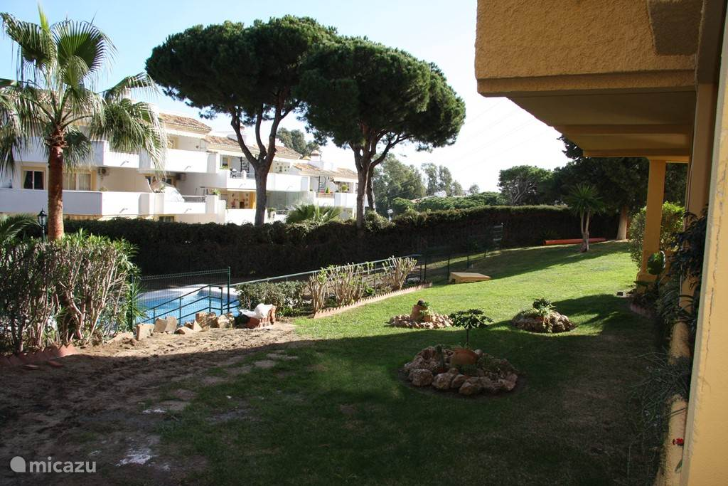 een ruime ligweide en tuin rond de 2 aanwezige zwembaden